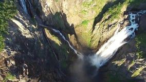 Μικρή ξύλινη γέφυρα πέρα από το μεγάλο ρεύμα ποταμών πετρών βράχου βουνών απότομων βράχων στο δασικό τοπίο φύσης καταρρακτών 4k ε απόθεμα βίντεο