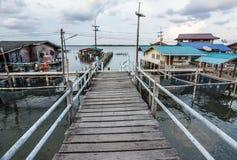 Μικρή ξύλινη και συγκεκριμένη γέφυρα στο χωριό ψαράδων, Ταϊλάνδη Στοκ φωτογραφία με δικαίωμα ελεύθερης χρήσης