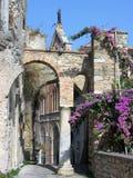 Μικρή οδός μιας μεσαιωνικής πόλης με μια μετάβαση στο τόξο σε Gaeta στο νότο της Ιταλίας στοκ εικόνες
