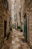 Μικρή οδός σε μια παλαιά ευρωπαϊκή πόλη με τους στενούς διαδρόμους στοκ φωτογραφία