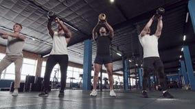 Μικρή ομάδα αρσενικών αθλητών κατά τη διάρκεια Workout απόθεμα βίντεο