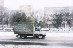 Μικρή οδήγηση φορτηγών το χειμώνα Στοκ Εικόνες