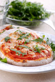 Μικρή πίτσα στο πιάτο Στοκ Εικόνες