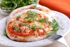 Μικρή πίτσα στο πιάτο Στοκ Φωτογραφίες