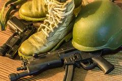 Μικρή παιχνιδιών στρατιωτών άποψη κινηματογραφήσεων σε πρώτο πλάνο λεπτομέρειας εξοπλισμού μακρο στοκ εικόνα