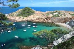 Μικρή παραλία του S ` Eixugador κοντά στο όμορφο χωριό και παραλία του τόνου Sa στο Λα Κόστα Μπράβα `, Μεσόγειος, Καταλωνία, Ισπα Στοκ Φωτογραφία
