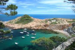 Μικρή παραλία του S ` Eixugador κοντά στο όμορφο χωριό και παραλία του τόνου Sa στο Λα Κόστα Μπράβα `, Μεσόγειος, Καταλωνία, Ισπα Στοκ Φωτογραφίες