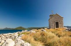 Μικρή παλαιά εκκλησία πετρών στο νησί σε Klek, Δαλματία, Κροατία Στοκ Φωτογραφία