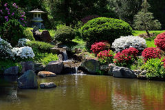 Μικρή πηγή πτώσης νερού στον ασιατικό ιαπωνικό κήπο Στοκ εικόνες με δικαίωμα ελεύθερης χρήσης