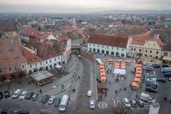 2017 μικρή πλατεία του Sibiu με την αγορά τροφίμων οδών Χριστουγέννων Στοκ Εικόνα