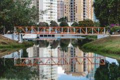 Μικρή πορτοκαλιά γέφυρα στο οικολογικό πάρκο, σε Indaiatuba, Brazi στοκ εικόνες