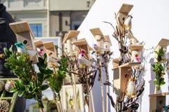 Μικρή πουλιών έκθεση άνοιξη αριθμού πουλιών σπιτιών χειροποίητη Στοκ φωτογραφία με δικαίωμα ελεύθερης χρήσης
