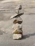 Μικρή πυραμίδα των τραχιών πετρών στο δρόμο Στοκ φωτογραφία με δικαίωμα ελεύθερης χρήσης