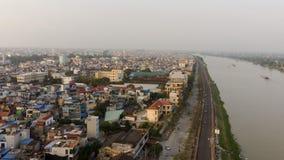 Μικρή πόλη κατά μήκος του ποταμού το απόγευμα στοκ εικόνες