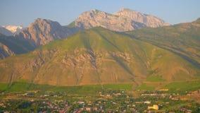 Μικρή πόλη στο πόδι του βουνού απόθεμα βίντεο