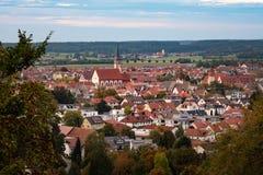 Μικρή πόλη mindelheim που πλαισιώνεται από τα δέντρα στοκ εικόνες