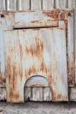 Μικρή σκουριασμένη πόρτα στην πόρτα Στοκ φωτογραφία με δικαίωμα ελεύθερης χρήσης