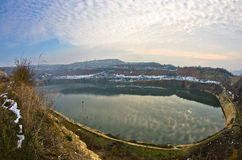 Μικρή τεχνητή λίμνη μια ηλιόλουστη χειμερινή ημέρα Στοκ φωτογραφία με δικαίωμα ελεύθερης χρήσης