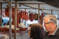 Μικρή υπαίθρια αγορά όπου του quarteira στην Πορτογαλία στοκ φωτογραφία