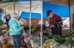 Μικρή υπαίθρια αγορά όπου του quarteira στην Πορτογαλία στοκ εικόνες