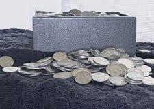 Μικρή υπερχείλιση νομισμάτων από ένα κιβώτιο μετρητών Στοκ εικόνα με δικαίωμα ελεύθερης χρήσης