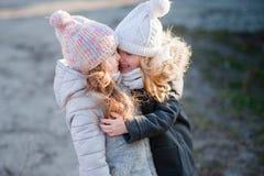 Μικρή φίλη δύο που στέκεται στην οδό στα σακάκια Στοκ Φωτογραφίες