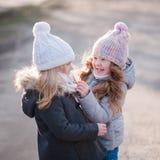 Μικρή φίλη δύο που στέκεται στην οδό στα σακάκια Στοκ Εικόνα