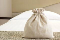 Μικρή burlap σακούλα υφάσματος στοκ εικόνες με δικαίωμα ελεύθερης χρήσης