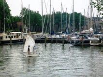 Μικροί άγνωστοι ναυτικοί σε ένα από τα λιμάνια στην όμορφη ιστορική και πόλη Hoorn λιμένων στην Ολλανδία, οι Κάτω Χώρες στοκ φωτογραφίες