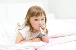μικροί άρρωστοι κοριτσιών Στοκ φωτογραφία με δικαίωμα ελεύθερης χρήσης