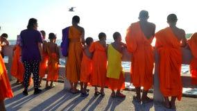 Μικροί βουδιστικοί μοναχοί στο γύρο εκπαίδευσης παραλιών Στοκ Εικόνες