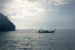 Μικροί μακριοί φέρνοντας τουρίστες βαρκών ουρών στη θάλασσα Andaman στοκ φωτογραφία