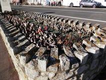 Μικροί σταυροί και παπαρούνες στο πολεμικό μνημείο Anzac Στοκ Φωτογραφία