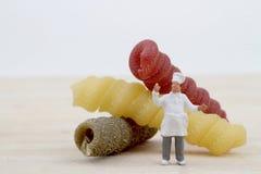 Μικρογραφίες του αρχιμάγειρα με τα ζυμαρικά Στοκ Εικόνα