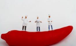 Μικρογραφίες των μαγείρων και του κοκκίνου - καυτό πιπέρι τσίλι Στοκ εικόνες με δικαίωμα ελεύθερης χρήσης