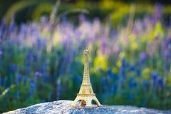 Μικρογραφημένος πύργος του Άιφελ με τους τομείς lavander στο υπόβαθρο στην ημέρα Γαλλικός πολιτισμός στοκ φωτογραφία