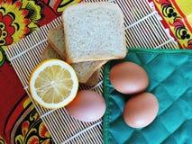 Μικροδουλειές πρωινού, που μαγειρεύουν για Πάσχα που κατασκευάζει τις τηγανίτες από τα αυγά Στοκ Εικόνες