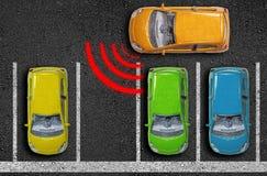 Μικροσκοπικά αυτοκίνητα στην άσφαλτο με το βοηθό πάρκων στοκ φωτογραφίες με δικαίωμα ελεύθερης χρήσης
