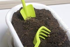 Μικροσκοπικά εργαλεία για την ανθοκομία Μικρά τσουγκράνα και φτυάρι για την καλλιέργεια της γης στα δοχεία λουλουδιών Στοκ Εικόνες