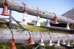 Μικροσκοπικά κεραμικά κουδούνια αγελάδων αναμνηστικά στοκ φωτογραφία με δικαίωμα ελεύθερης χρήσης