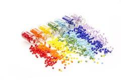 Μικροσκοπικά μπουκάλια γυαλιού που γεμίζουν με τις ζωηρόχρωμες χάντρες Στοκ εικόνες με δικαίωμα ελεύθερης χρήσης