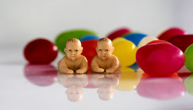 Μικροσκοπικά μωρά με τα φασόλια ζελατίνας Στοκ Φωτογραφίες