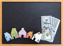 Μικροσκοπικά ξύλινα χρήματα σπιτιών και μετρητών Στοκ Φωτογραφία