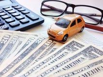 Μικροσκοπικά πρότυπο αυτοκινήτων, υπολογιστής, χρήματα δολαρίων, eyeglasses, βιβλίο ή οικονομική κατάσταση απολογισμού μολυβιών κ Στοκ Φωτογραφίες