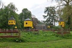 Μικροσκοπικά σπίτια και ένα μέγαρο Στοκ φωτογραφία με δικαίωμα ελεύθερης χρήσης