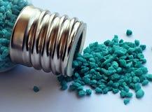 Μικροσκοπικά χαλίκια aqua που ανατρέπονται από ένα μπουκάλι γυαλιού Στοκ φωτογραφίες με δικαίωμα ελεύθερης χρήσης