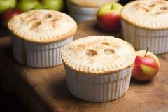 Μικροσκοπικές μεμονωμένες πίτες της Apple Στοκ Εικόνες
