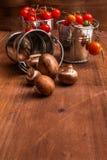 Μικροσκοπικές champignons μανιταριών μωρών και ντομάτες μωρών κερασιών Στοκ Φωτογραφίες
