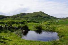 Μικροσκοπική λίμνη στις ορεινές περιοχές της Σκωτίας Στοκ φωτογραφία με δικαίωμα ελεύθερης χρήσης