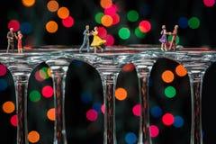 Μικροσκοπική αίθουσα χορού αριθμών που χορεύει στα γυαλιά κρασιού Στοκ Εικόνα